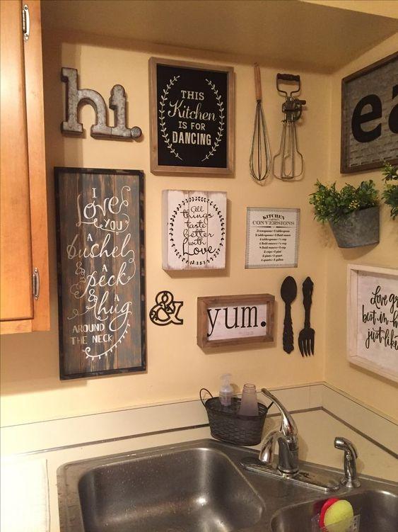 Decorazioni da parete per cucine vintage e rustiche con insegne in cornici, piante in vaso, monogrammi in metallo e lettere e roba da cucina