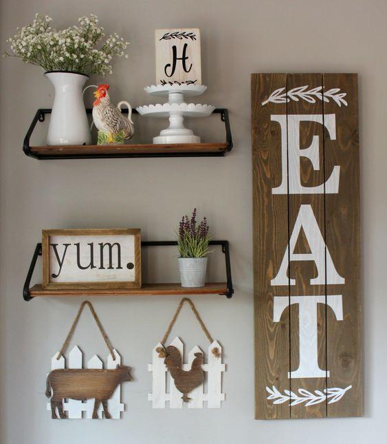 una parete della galleria della cucina di una fattoria con un'insegna in legno, alcune sagome di animali, mensole con piante in vaso e insegne incorniciate