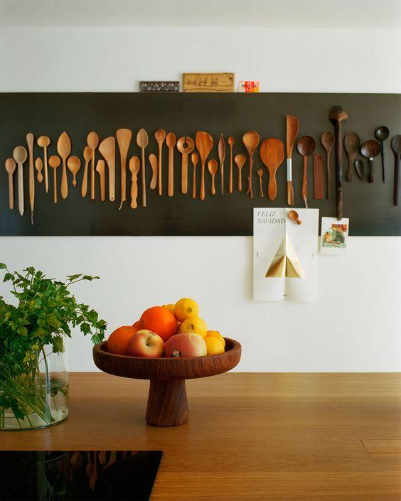 bella decorazione della parete della cucina rustica con cucchiai di legno macchiati, con un effetto ombre dalla tonalità più chiara a quella più scura