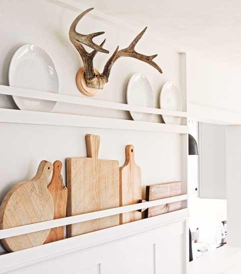 la bella decorazione neutra della parete della fattoria con taglieri e piatti bianchi è un'ottima idea per una cucina o una sala da pranzo