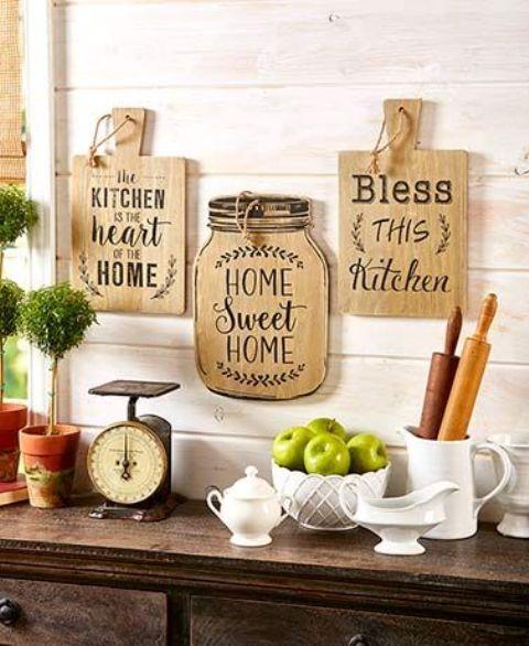 una bella decorazione rustica da parete con taglieri e un barattolo con lettere è una bella idea per una cucina in fattoria