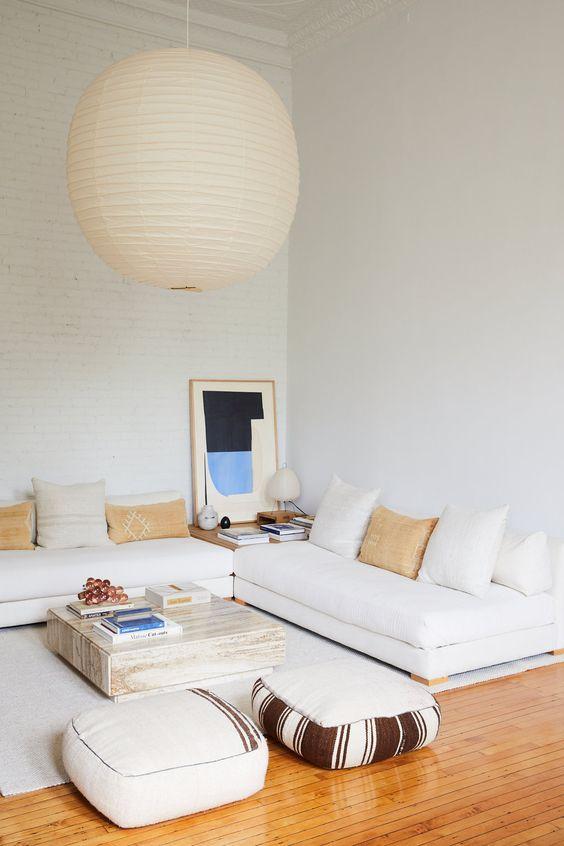un soggiorno dal design neutro con un divano basso