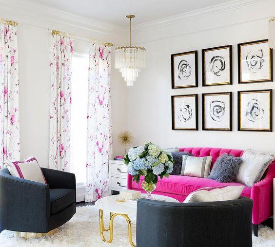 un soggiorno moderno con sedie nere, un divano rosa caldo, una galleria a parete a griglia, un lampadario chic e tende floreali