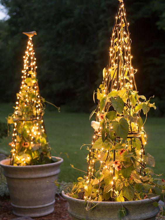 un'idea di luce creativa - i graticci con piante rampicanti e luci sono un'idea accattivante e interessante per gli spazi esterni