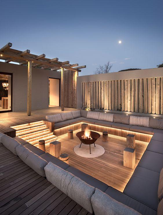 un raffinato terrazza contemporaneo con luci incorporate e un pozzo del fuoco è un'idea molto accogliente ed elegante