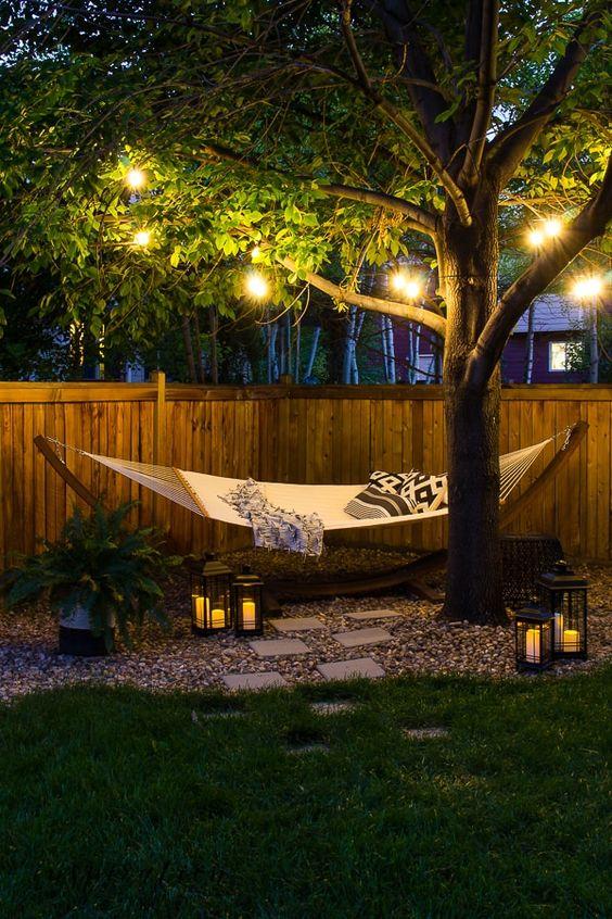 luci a corda e lanterne a candela rendono questo spazio più accogliente e accogliente e lo accentuano molto