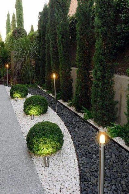 un elegante cortile o spazio giardino con lampade da esterno lungo tutto è uno spazio elegante e molto raffinato