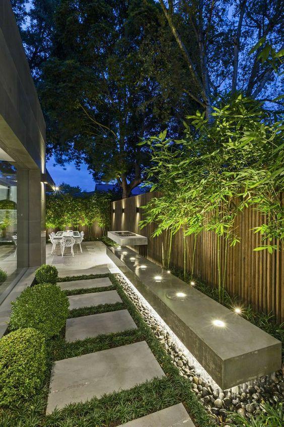 uno spazio esterno illuminato da luci nascoste, con luci integrate sembra moderno, fresco e audace ed è molto illuminato