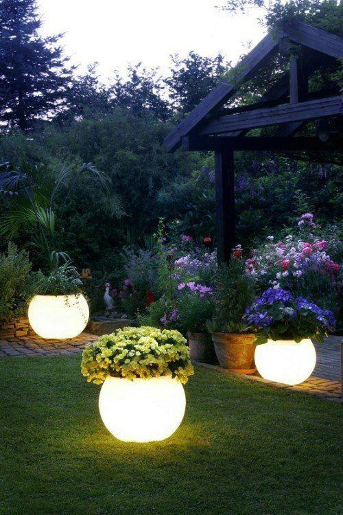le fioriere illuminate con fiori sono un modo molto creativo per illuminare il tuo giardino e portare un valore decorativo allo stesso tempo