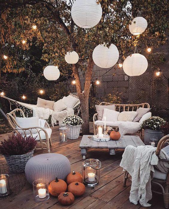 un accogliente terrazza con lanterne a candela, luci strign sullo spazio e lampade di carta è sorprendente e accogliente