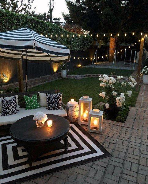 le luci delle corde, le lanterne delle candele e le luci integrate rendono questo cortile accogliente e sufficientemente illuminato
