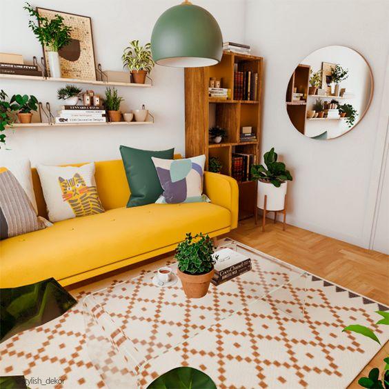un audace soggiorno moderno con un divano giallo, una libreria, molta vegetazione in vaso e un tappeto con stampe geometriche