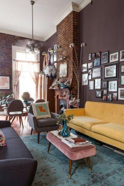 un raffinato soggiorno moderno della metà del secolo con pareti marroni, un divano giallo, uno grigio e bei mobili, una galleria a muro
