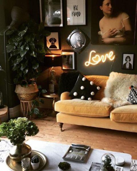 un soggiorno lunatico con una galleria a parete in bianco e nero, un divano giallo pallido per un tocco di colore e piante in vaso