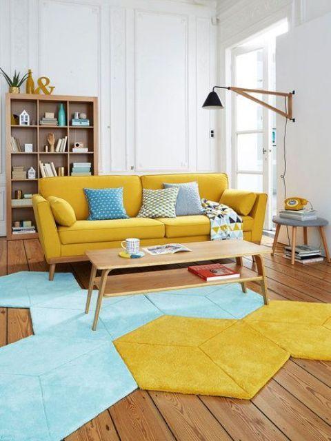 un vivace soggiorno con un divano giallo, un tappeto geometrico blu e giallo e mobili in legno colorato è bello