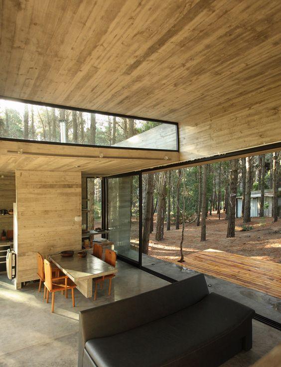 una cabina contemporanea con una parete vetrata e una finestra a lucernario per più luce e vista e mobili minimalisti