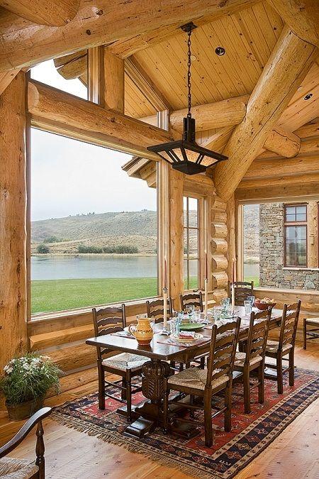 una capanna di tronchi con grandi finestre per godersi la vista e finestre a lucernario per più luce e un'atmosfera più moderna