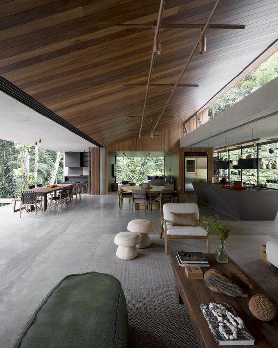 un grande open space con cucina, sala da pranzo e soggiorno con parete asportabile, vetrata e lucernari