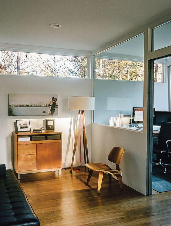 uno spazio moderno della metà del secolo: una camera da letto e un ufficio a casa, con finestre a lucernario per più luce e vista