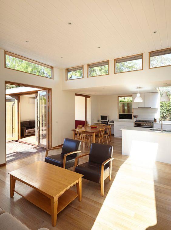 uno spazio moderno della metà del secolo con più finestre e porte in vetro più finestre a lucernario è chic e pieno di luce