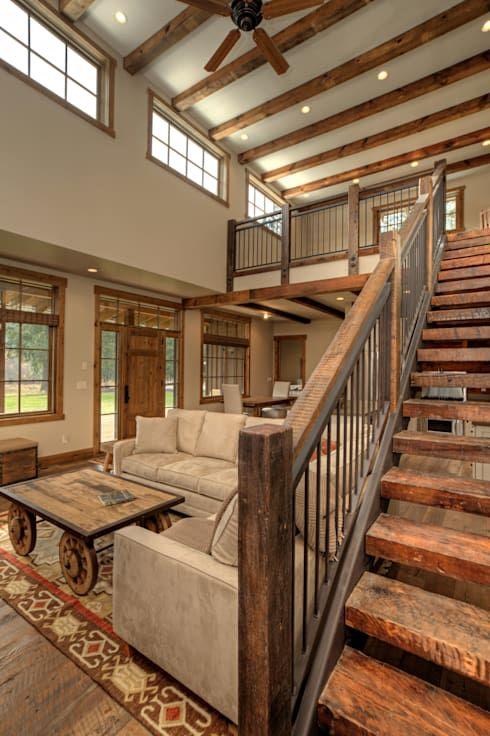 un soggiorno rustico con travi in legno sul soffitto e luci incorporate, finestre a lucernario, mobili neutri e un tavolino su ruote