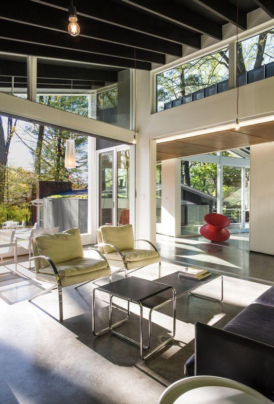 uno spazio arioso e chic con pareti vetrate, finestre a lucernario per portare più luce in un'atmosfera molto fresca e serena