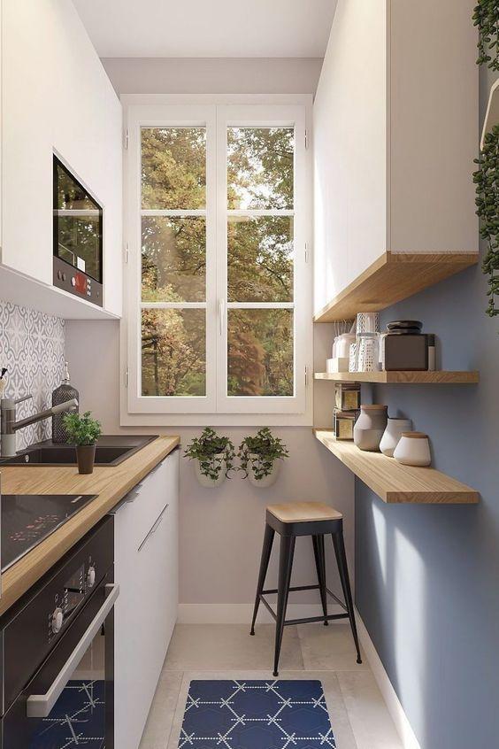 una cucina moderna minimalista con armadi bianchi, un armadio superiore e scaffali aperti, uno sgabello e un tappeto stampato