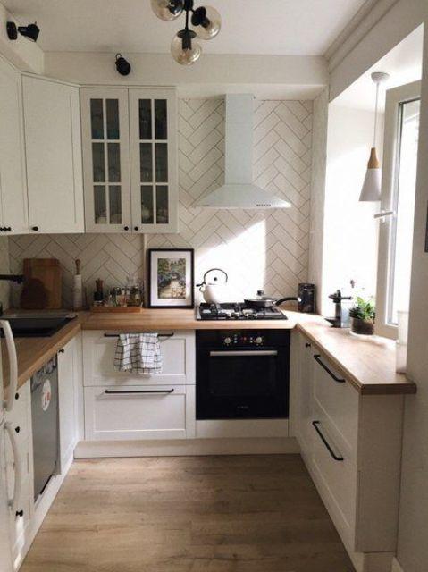 una cucina moderna neutra con piastrelle a spina di pesce, controsoffitti butcherblock, maniglie nere e lampade nere è cool