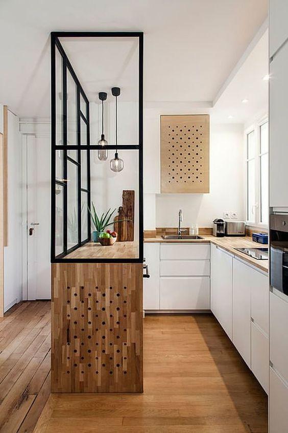 una bella cucina contemporanea con controsoffitti butcherblock, un'isola cucina con un controsoffitto a cascata e lampade a sospensione