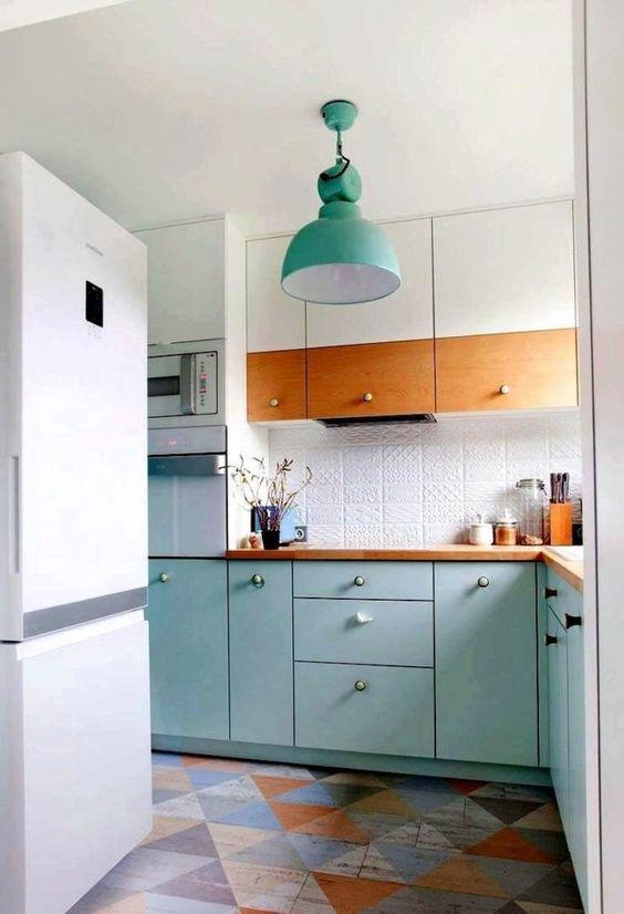 una luminosa cucina Scandi in bianco e turchese, con un backsplash di piastrelle a motivi geometrici e legno tinto