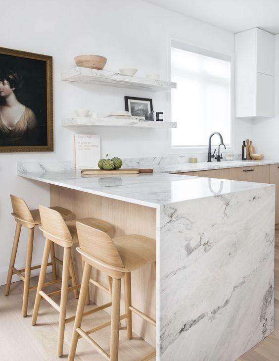una cucina angolare contemporanea in legno biondo con ripiani in pietra bianca e ripiani aperti abbinati è un'idea molto fresca