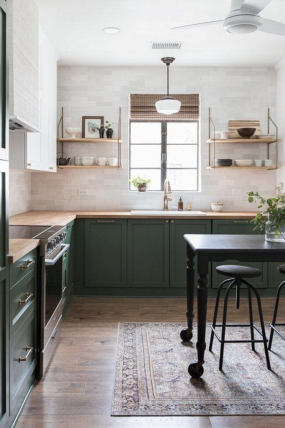 una cucina ad angolo verde e bianca audace con controsoffitti butcherblock, scaffali aperti e tocchi in ottone è molto accogliente