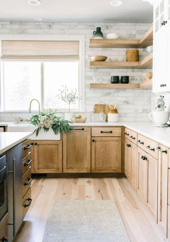 una cucina in legno chiaro con un paraschizzi in piastrelle di marmo e mensole galleggianti aperte è uno spazio piuttosto rustico