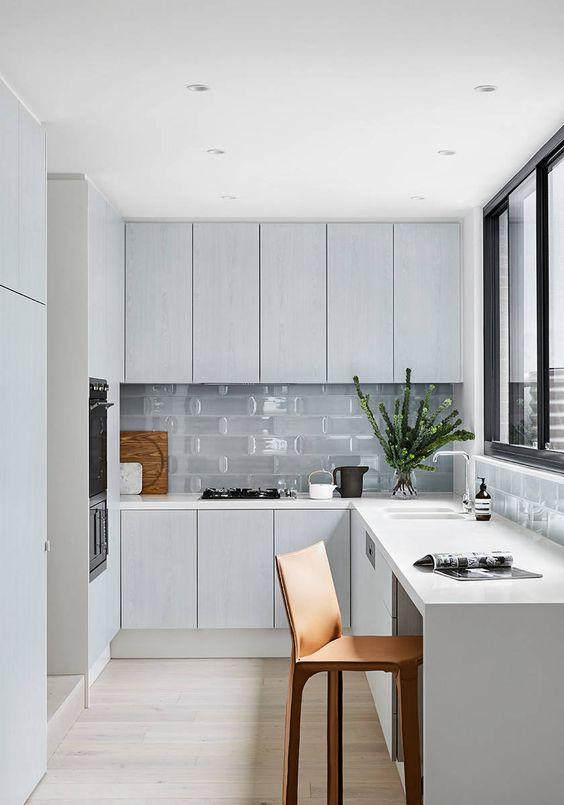 una cucina ad angolo minimal nordica con piastrelle in vetro e finestra con vista è una bella idea