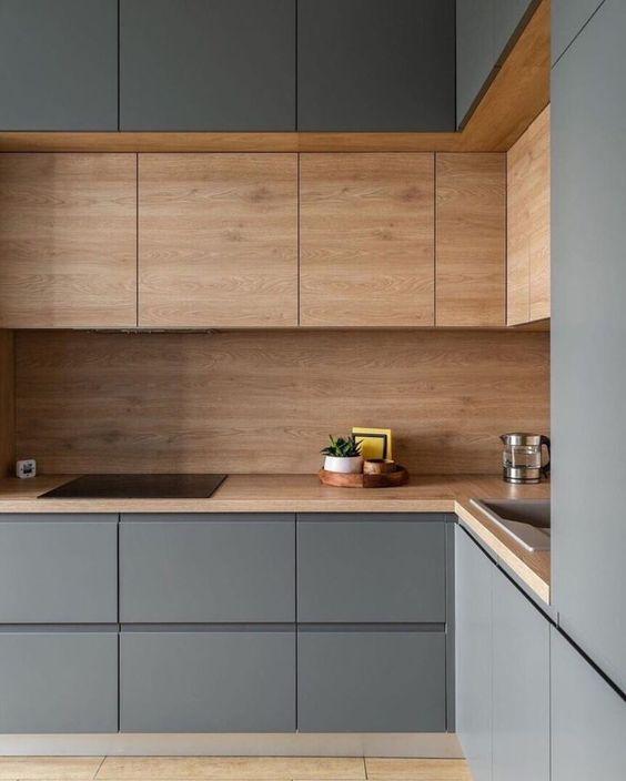 una cucina a L minimalista grigia e legno tinto è uno spazio elegante e molto raffinato