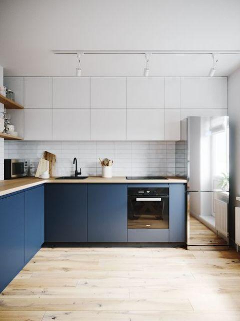 una cucina minimalista bicolore con piani di lavoro in muratura e un frigorifero a specchio è una soluzione molto spigolosa
