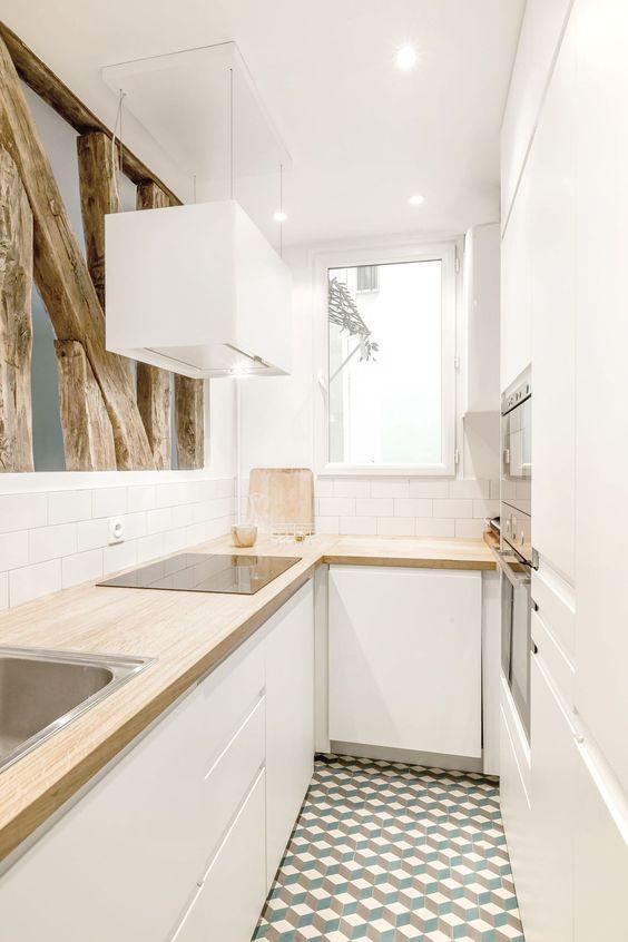 una cucina ad angolo minimalista bianca con controsoffitti butcherblock e travi in legno sembra molto bella