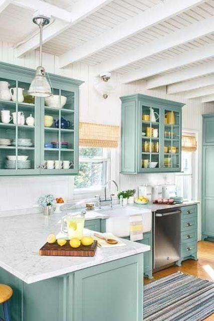 una cucina ad angolo menta con top in pietra bianca, sfumature intrecciate e tocchi di giallo è molto chic
