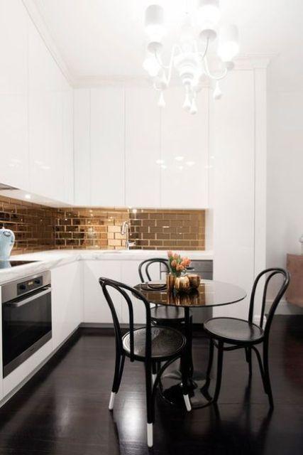 una raffinata cucina ad angolo bianca a forma di L con un paraschizzi in piastrelle di rame lucido, sedie vintage e un lampadario bianco che stupisce