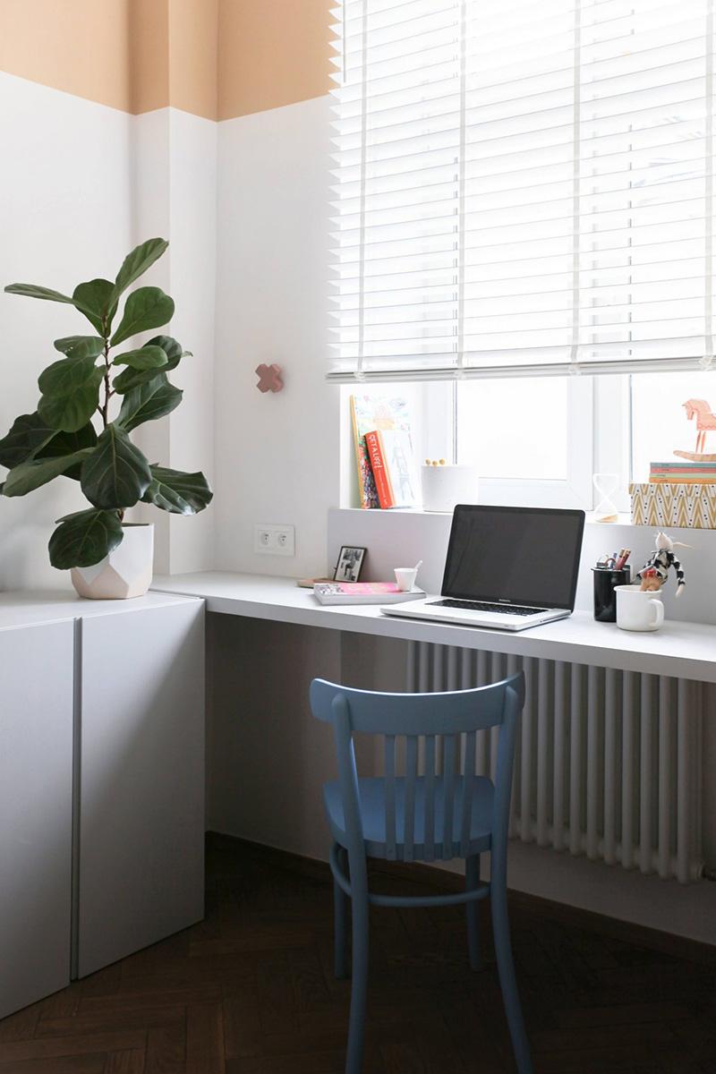 Gli eleganti armadietti bianchi sono perfetti per riporre gli oggetti e un piccolo spazio di lavoro è perfettamente accessoriato per avere un bell'aspetto