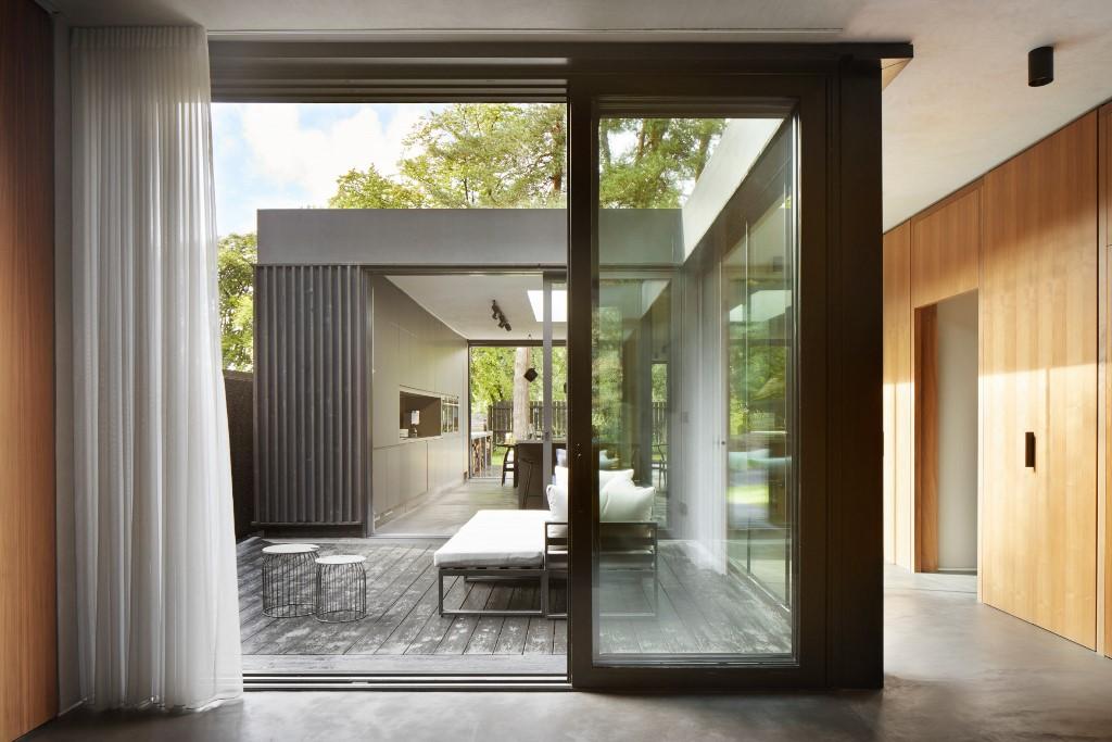 Il cortile interno è allo stesso tempo come piccole tasche ed estensioni di spazi interni