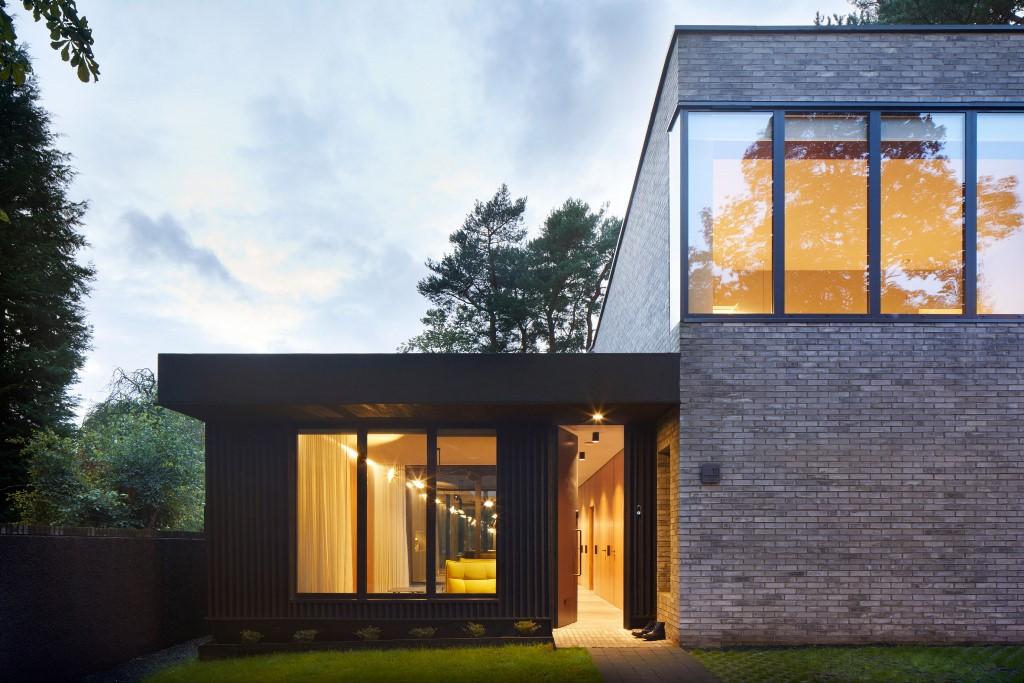 Le facciate in mattoni sono accoppiate a porzioni di legno a doghe verticali