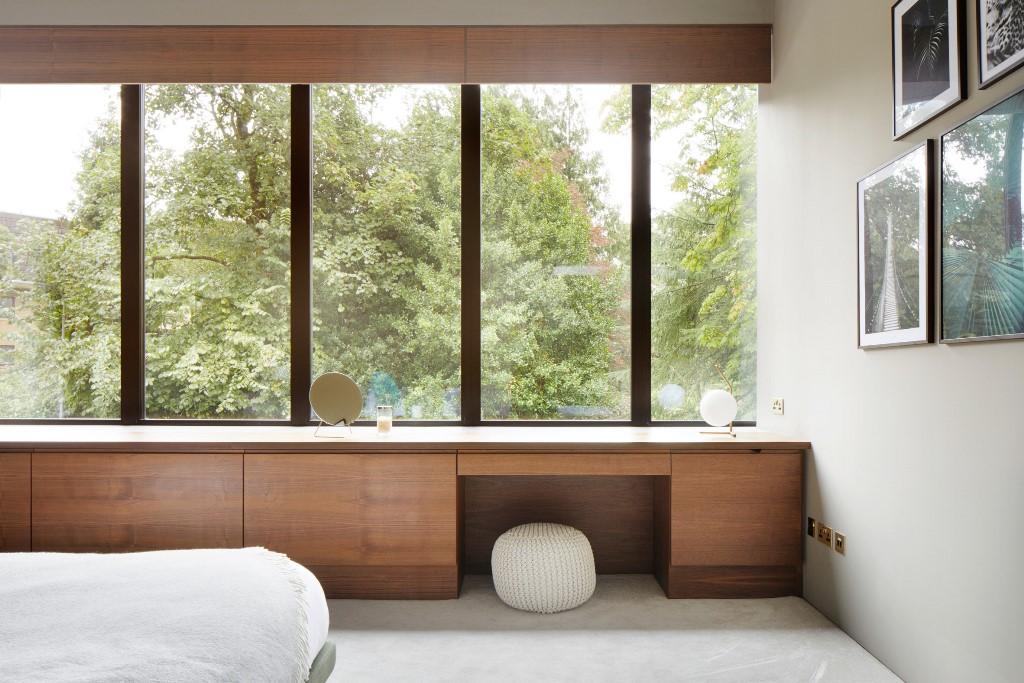 Elementi di falegnameria in noce su misura nelle camere da letto