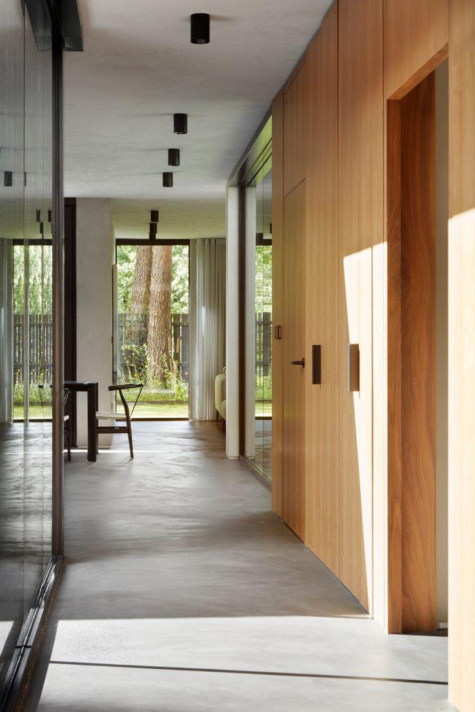 Gli arredi in legno sono abbinati a pavimenti in cemento lucidato
