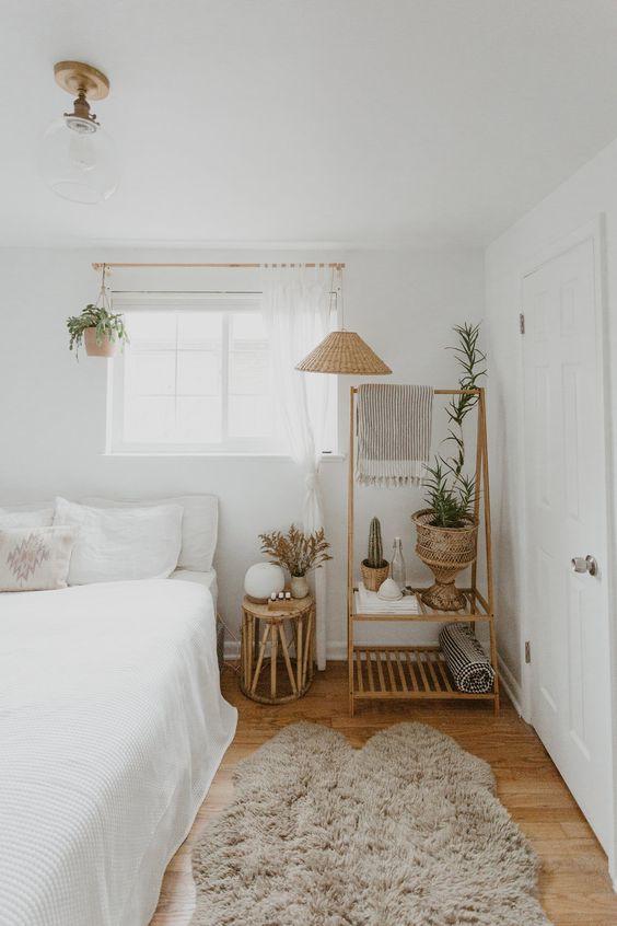 una piccola camera da letto realizzata in una combinazione di colori neutri e caldi per renderla più grande e piena di luce