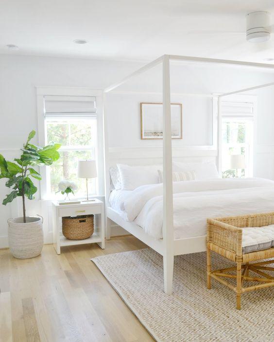 una piccola camera da letto sembra più grande grazie alla combinazione di colori neutri e due finestre che riempiono la stanza di luce