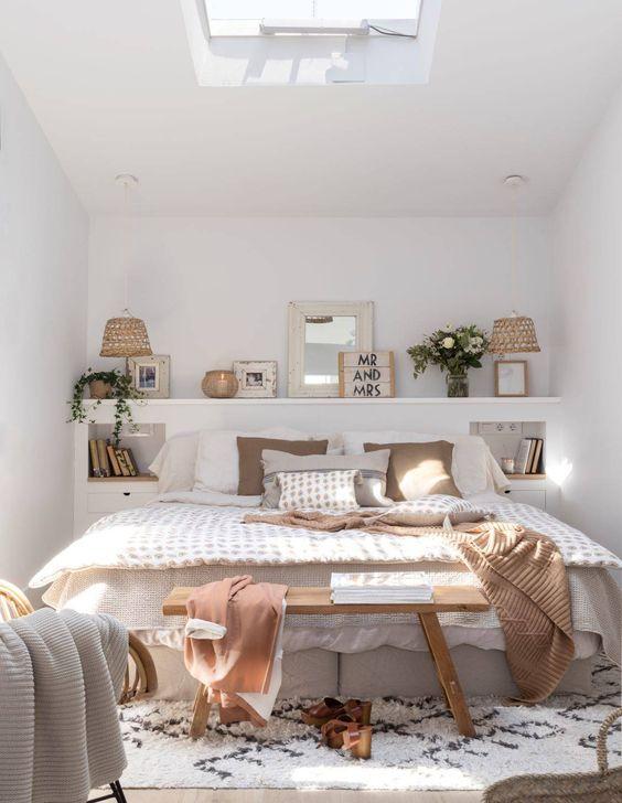 una mensola, un lucernario e una combinazione di colori neutri rendono la camera da letto più grande e accogliente