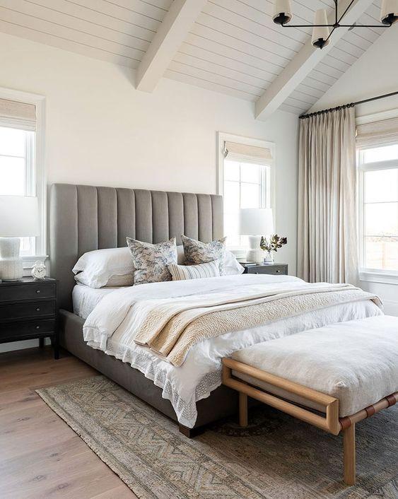 una piccola camera da letto ingrandita con una testiera allungata e con una combinazione di colori neutri