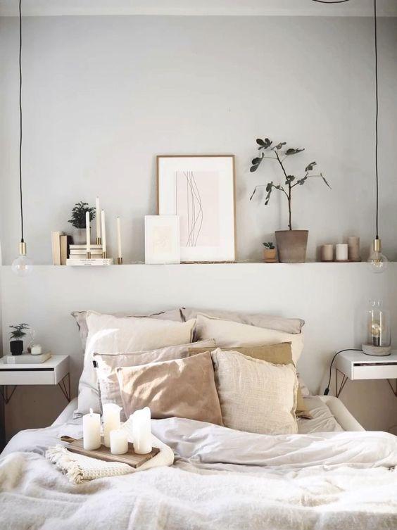 una piccola camera da letto con una mensola incorporata sopra il letto che allarga visivamente la stanza, una combinazione di colori neutri la rende più grande