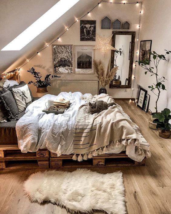 una piccola camera da letto neutra sembra più grande grazie al lucernario e alle tonalità neutre scelte per l'arredamento